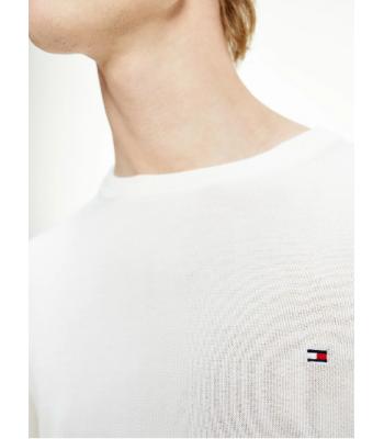 evidenza in risalto del collo e del logo sul petto.